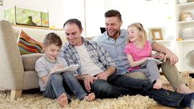 Męska para pomaga ich dzieci z pracą domową zdjęcie wideo