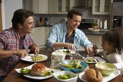 Męska pary i czerni córka łomota w ich kuchni Obrazy Stock