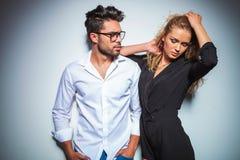 Męska patrzeje blondynki kobieta załatwia jej włosy podczas gdy patrzejący w dół Zdjęcie Royalty Free