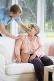 Męska pielęgniarka pomaga przechodzić na emeryturę kobiety Obrazy Stock