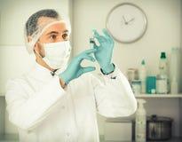 Męska pielęgniarka przygotowywająca robić zastrzykowi w klinice Fotografia Royalty Free