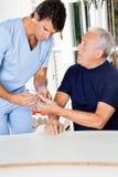 Męska pielęgniarka Sprawdza cukier Równego Starszy mężczyzna Zdjęcie Royalty Free