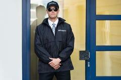 Męska pracownik ochrony pozycja Przy wejściem zdjęcie royalty free