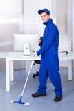 Męska pracownika cleaning podłoga Zdjęcia Royalty Free