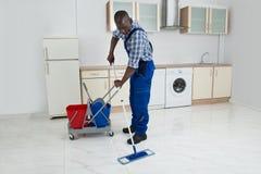 Męska pracownika cleaning podłoga Zdjęcia Stock