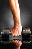 Męska ręka barbell jest mienia metalu Zdjęcie Royalty Free