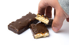 Męska ręka bierze czekoladowych opłatki deserowych Obrazy Stock