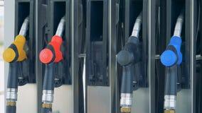 Męska ręka bierze za benzyny krócicie w stacji paliwowej zbiory
