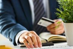 Męska ręka chwyta kredytowej karty prasa zapina robić przeniesieniu Zdjęcia Stock