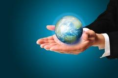 Męska ręka chwyta ziemi kula ziemska Zdjęcia Royalty Free