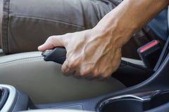 Męska ręka ciągnie parking hamulec zdjęcia stock