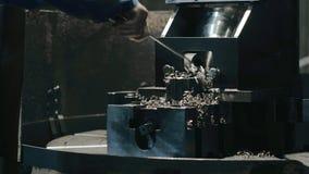 Męska ręka czyści out metali golenia i trociny od szczegółu po produkci zdjęcie wideo