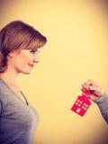 Męska ręka daje kobieta domu kluczowi Obraz Stock