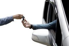 Męska ręka daje nowemu samochodu kluczowi Fotografia Royalty Free