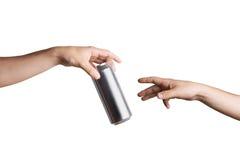 Męska ręka daje piwnej puszce inna osoba Fotografia Stock