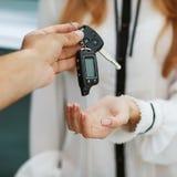 Męska ręka daje samochodu kluczowi żeńska ręka. Zdjęcia Stock