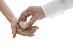 Męska ręka daje sercu kobieta Fotografia Royalty Free
