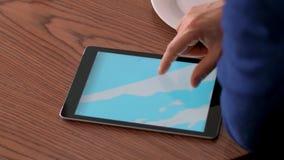Męska ręka dotyka ekranu pastylka dla wyszukiwać światową mapę na drewnianym stołowym tle zbiory