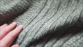 Męska ręka dotyka gładkiego zielonego pulower w tkaniny robi zakupy Zamyka w g?r? strza?u zdjęcie wideo