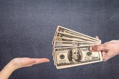 Męska ręka gniesie ściśle niektóre banknoty fotografia stock