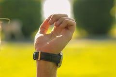 Męska ręka i zegarki Obrazy Stock