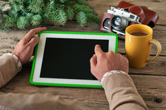 Męska ręka klika pustego ekranu pastylki komputer na drewnianym stołowym zbliżeniu Obraz Royalty Free