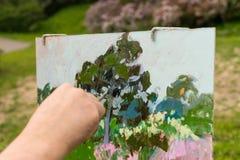 Męska ręka malarz maluje outdoors Fotografia Royalty Free