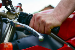 Męska ręka na motocykl rękojeści Zdjęcia Royalty Free