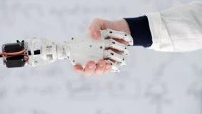 Męska ręka naukowa nowator trząść mechaniczną rękę na tło białej desce zbiory wideo
