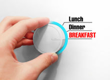 Męska ręka obraca zmianę Wyłacza mealtimes Wybierał Breakf Obrazy Stock