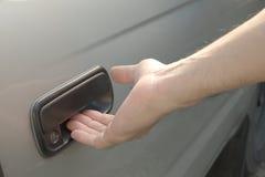 Męska ręka otwiera samochodowego drzwi od outside Obrazy Royalty Free