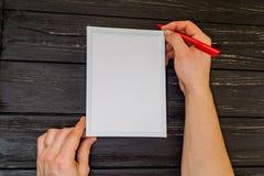 Męska ręka pisać na ramie Fotografia Royalty Free