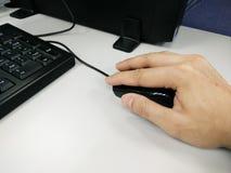 Męska ręka pracuje z myszą Fotografia Royalty Free