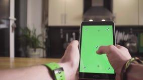 Męska ręka scrolling pastylkę z zieleń ekranem zbiory wideo