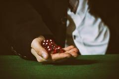 Męska ręka stacza się pięć kostka do gry obraz stock