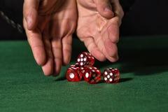 Męska ręka stacza się pięć kostka do gry obrazy stock