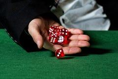 Męska ręka stacza się pięć kostka do gry fotografia stock
