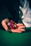 Męska ręka stacza się pięć kostka do gry zdjęcia royalty free