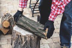 Męska ręka stawia kawałek drewno na fiszorku Fotografia Royalty Free