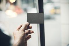 Męska ręka trzyma czarną wizytówkę na zdjęcie royalty free