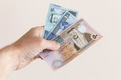 Męska ręka trzyma Jordańskich dinary obraz royalty free
