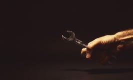 Męska ręka Trzyma Kluczowego narzędzie Zdjęcia Royalty Free