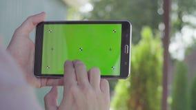 Męska ręka trzyma pastylkę z zieleń ekranem zbiory wideo
