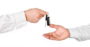 Męska ręka trzyma samochodowego klucz i wręcza je inny perso fotografia stock