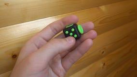 Męska ręka używa czerni i zieleni wiercipięta antistress zbiory