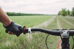 Męska ręka w rękawiczkowym mienie bicyklu handlebar obraz royalty free