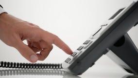 Męska ręka wybiera numer numer telefonicznego i podnosi up handset