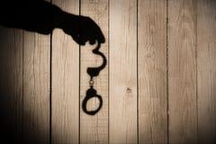 Męska ręka z kajdankami na Naturalnym Drewnianym tle, XXXL. Obraz Royalty Free
