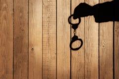 Męska ręka z kajdankami na Naturalnym Drewnianym tle, XXXL. Zdjęcie Stock