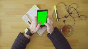 Męska ręka z mądrze zegarkiem zielony ekran zbiory
